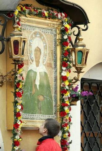 образ Матроны Московской во дворе Покровского монастыря
