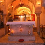 Святой престол над мощами свт. Николая в крипте базилики в Бари