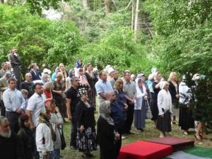 Верующие прибывшие из Нью-Йорка  молились на открытом воздухе