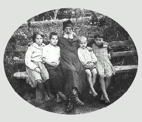 Протоиерей Александр Парусников с младшими детьми