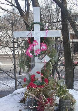 Крест, установленный на месте расстрела Свмч. Владимира Киевского