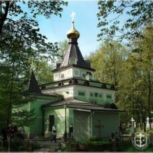 На могилке блаженной Ксении на Смоленском кладбище в Петербурге