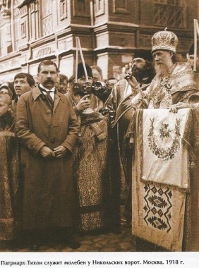 Патриарх Тихон служит молебен у Никольских ворот, Москва, 1918
