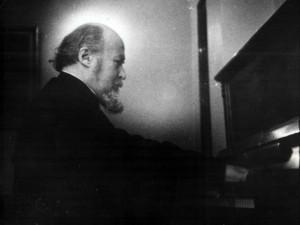 Архиепископ Михаил за фортепиано