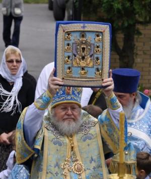 Митрополит Иларион с Курской-Коренной иконой Божией Матери
