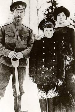 Николай II с сыном Алексеем и дочерью Марией. 1916 год