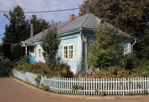 Прасковья Ивановна жила в домике, очень небольшом, слева от монастырских ворот