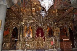Главный иконостас собора, замечательное произведение искусства из орехового и дубового дерева с тонкой резьбой и позолотой, дар Митрополита Сардского Нектария, был изготовлен на Хиосе в 1820г. Общая его высота 5,5 м.