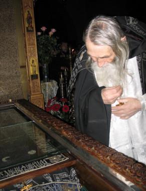 Иеросхимонах Илий у мощей старца Амвросия