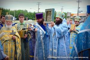 По окончании Литургии духовенство и прихожане прошли вокруг храма крестным ходом.