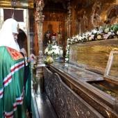 Патриарх Кирилл y мощей преподобного Сергия Радонежского