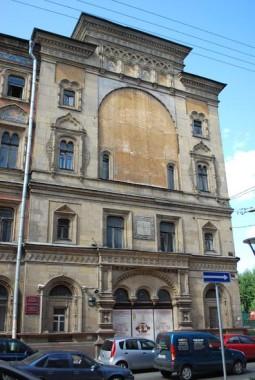 Фасад здания Санкт-Петербургского университета кино и телевидения в Адмиралтейском районе северной столицы до восстановления иконы «Христос благословляет детей»