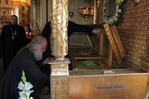 Патриарх Кирилл у мощей блаженного Павла