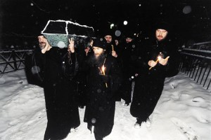 Изнесение обретенных останков блаженной старицы Матроны из Даниловского кладбища. Полночь 8 марта 1998 года