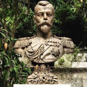 Возле Ливадийского дворца в Ялте состоялась торжественная церемония открытия памятника Николаю II. Во дворце в Ливадии семья последнего императора жила во время визитов в Крым