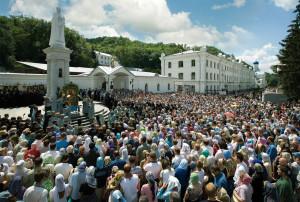 Молебен перед чудотворной иконой Божией Матери Святогорской на Монастырской площади в день празднования 30 июля