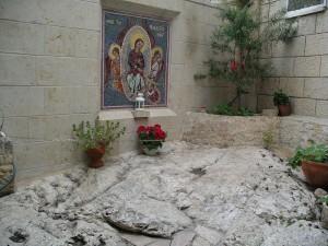 Камень, на котором стоял Апостол Фома, когда получал от Пресвятой Богородицы Её пояс с Небес. «Монастырь св. Марии Магдалины в Гефсимании»