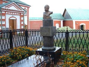 Могила адмирала Федора Ушакова у стен Санаксарского монастыря