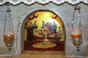 Окошко под престолом над мощами свт. Николая в крипте базилики свт. николая в Бари. (Мощи находятся под окошком на расстоянии ок. 90 см)