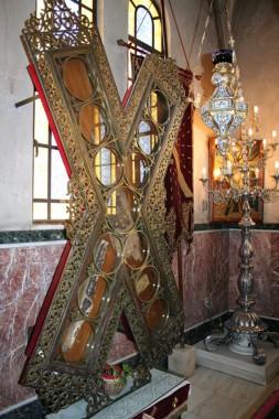 Частицы креста, на котором был распят св. апостол Андрей, находятся в соборе св. Андрея Первозванного (г. Патры, Греция)