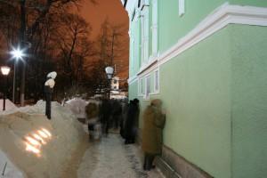 У часовни блаженной Ксении (Санкт-Петербург). Зимой люди ставят свечи прямо в снег, и они протапливают светящиеся окошки.