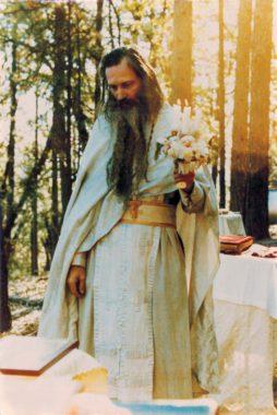 О. Серафим (Роуз) служит Божественную литургию в понедельник Светлой седмицы (14 / 27 апреля) 1981 г. в наружной часовне, на том месте, где он похоронен