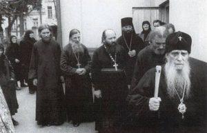 В День Ангела митрополита Зиновия. Отец Виталий следует за владыкой. 12 ноября 1983 г