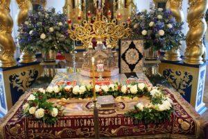 Плащаница Христа на престоле