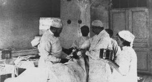 Хирург В. Ф. Войно–Ясенецкий (слева) проводит операцию в земской больнице