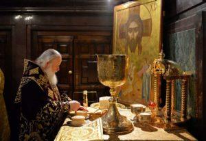 патриарх Кирилл совершает проскомидию