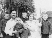 Протодиакон Николай Тохтуевс супругой Марией Евгеньевной и детьми