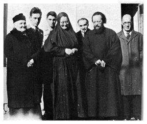 Слева направо стоят мать матери Марии С.Д. Пиленко, Юрий Скобцов, мать Мария, о. Дмитрий Клипенин — участники парижского подполья