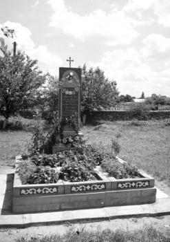 Памятник на месте погребения новомучеников Васильевских до обретения мощей